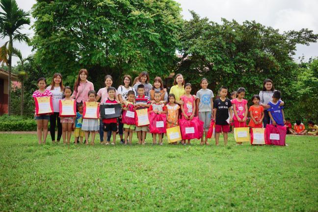 Những phần quà cho các em bé đã vượt khó vươn lên đạt thành tích cao trong quá trình học tập.