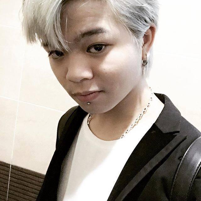 Không chỉ nhuộm những màu tóc nổi bật, Quang Anh còn xỏ khuyên.