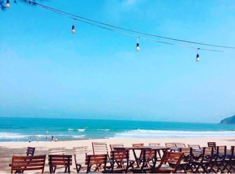 Bãi Đông là bãi biển thuộc bán đảo Nghi Sơn, huyện Tĩnh Gia, Thanh Hóa. Không ồn ào tấp nập, không xô bồ như những bãi tắm nổi tiếng khác, một bãi biển yên bình, nhẹ nhàng khiến ai đến đây cũng cảm giác mình đang được thư giãn, nghỉ ngơi thực sự. Ảnh: huebe93