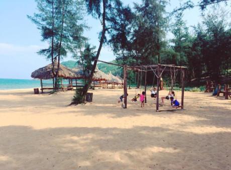 Biển Thanh Hóa là địa điểm khá phù hợp với những kỳ nghỉ dưỡng của gia đình, đặc biệt là Bãi Đông với những bãi cát mịn màng, sạch sẽ các bé có thể tung tăng đùa nghịch. Ảnh: Lanvii