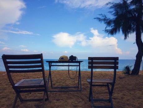 Hãy đến đây rồi, thì hãy dành tặng cho mình những giây phút thảnh thơi thôi. Đơn giản có thể là nằm nghỉ ngơi bên cạnh bờ biển, ngồi đọc một cuốn sách, nghe nhạc và hòa cùng không khí biển khơi. Ảnh: thanhhiep1991