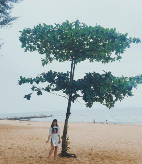 Thiên nhiên đã ban tặng cho nơi đây một bờ biển thơ mộng cùng bãi cát trắng tuyệt đẹp. Đứng ở góc nào bạn cũng có thể có ngay một bức ảnh