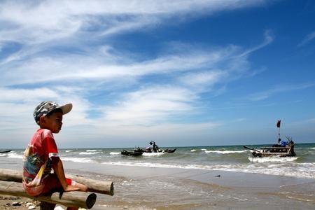 Có thể tham quan chợ cá họp hàng ngày từ 5 đến 7h sáng. Chợ cá xã đảo Nghi Sơn nhộn nhịp những con tàu nối đuôi nhau ra vào bến tấp nập, không khí sinh hoạt, buôn bán trên bến, dưới thuyền thật náo nhiệt.