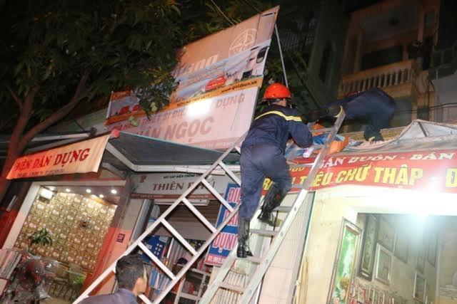 Cảnh sát PCCC tìm cách tiếp cận điểm cháy để dập lửa.