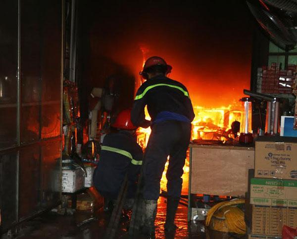 Cảnh sát PCCC nỗ lực dập lửa.