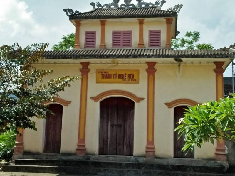 Đền thờ ông tổ nghề rèn được đặt ở vị trí khang trang trong đình làng.
