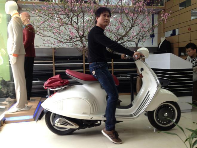 Chủ nhân chiếc xe Vespa giá 400 triệu đồng ở Thanh Hóa. Ảnh: Zing