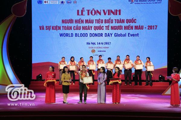Trọng Hưng được Bộ Trưởng Bộ Y tế tặng Bằng khen top 100 đại biểu hiến máu tiêu biểu toàn quốc.