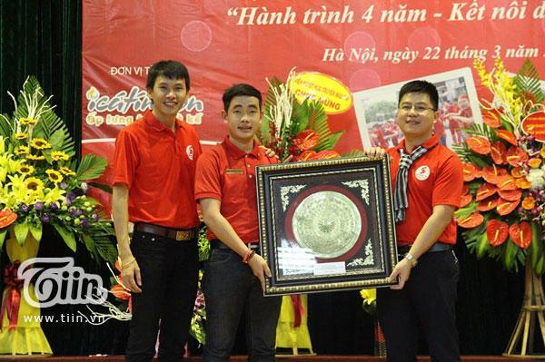 Trọng Hưng (thứ hai từ trái sang) cùng những người bạn tại CLB Hành Trình Đỏ