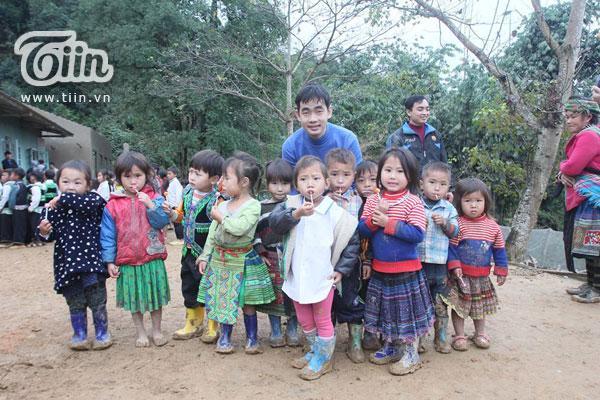 Trọng Hưng trong một chuyến đi làm từ thiện