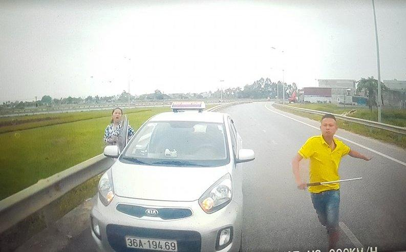 Hình ảnh chiếc xe taxi 36A-194.69 đi ngược chiều và người điều khiển đã có hành vi dùng hung khí dọa đánh người (Ảnh chụp từ clip đăng tải trên diễn đàn Otofun Thanh Hóa)