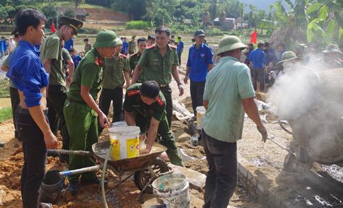Cán bộ chiến sĩ chia sẻ với khó khăn của người dân (Ảnh: Công an Thanh Hóa)