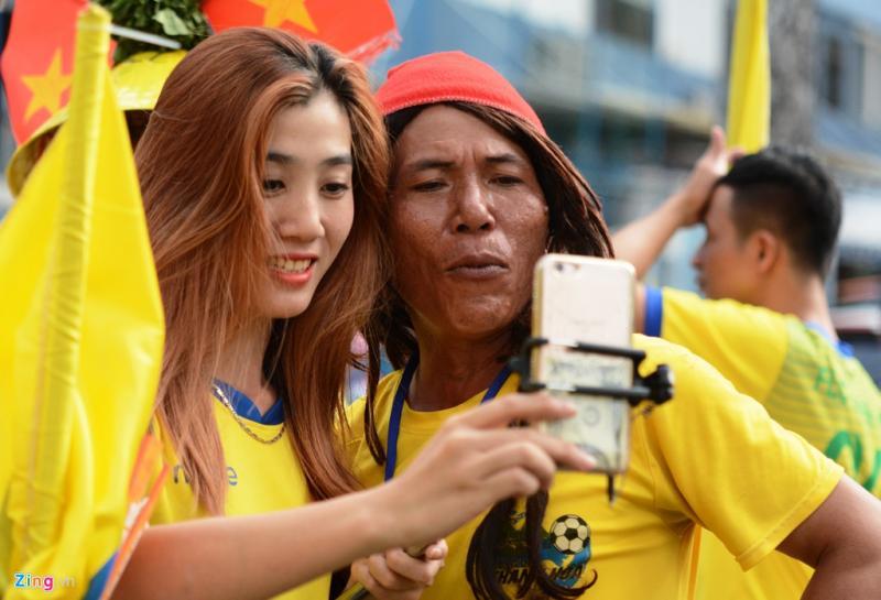 Một CĐV nữ tranh thủ tranh thủ chụp ảnh tự sướng trước giờ vào sân xem trận đấu. Dự kiến gần 10.000 CĐV Thanh Hóa sẽ phủ vàng sân Thống Nhất.