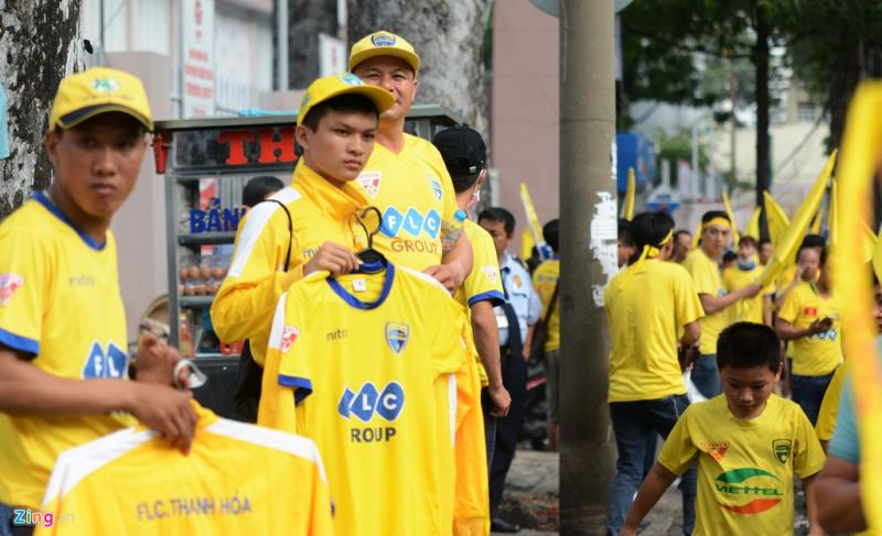 Bên ngoài sân Thống Nhất, đội ngũ bán đồ lưu niệm của đội Thanh Hóa cũng chờ sẵn. Họ bán 100.000 đồng một chiếc áo đấu và 150.000 đồng cho mỗi chiếc áo khoác.
