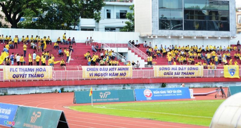 Từ hơn 16h, khán đài D của sân Thống Nhất đã có đông người hâm mộ đội khách đến. Trong khi các CĐV đội chủ nhà khá đìu hiu.