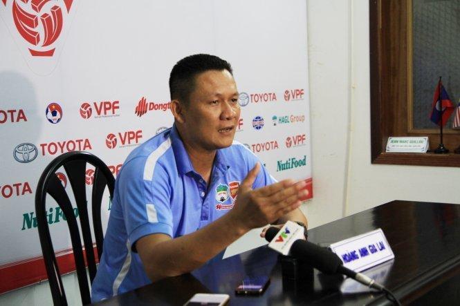 HLV Quốc Tuấn không hài lòng về công tác trọng tài trận Thanh Hóa - Hoàng Anh Gia Lai. Ảnh: Thể thao