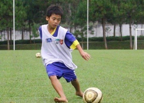 Trần Gia Huy của Học viện HAGL JMG được điều trị như Messi. Ảnh: Bóng đá