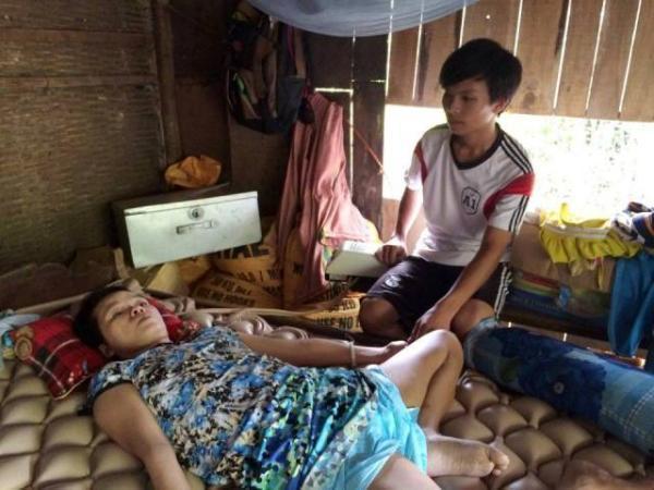 Ngoài giờ học, Trường Xuân cùng 3 em nhỏ phải chăm sóc người mẹ bị bệnh nặng và bà nội ốm yếu (nguồn: Danviet.vn)