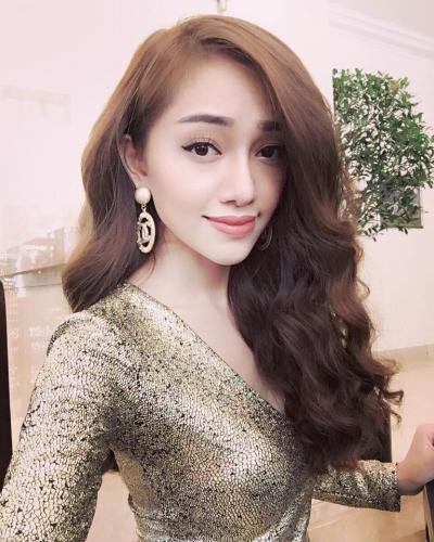 Năm 2016, Vân Anh Scalet thử sức mình ở cuộc thi Hoa hậu Doanh nhân người Việt châu Á. Là thí sinh nhỏ tuổi nhất cuộc thi, nhưng Vân Anh đã giành danh hiệu Hoa hậu ứng xử với câu trả lời thông minh, ấn tượng.