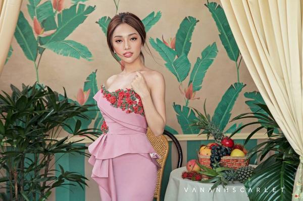 Trong gia đình Vân Anh không có ai theo nghệ thuật, nhưng may mắn cô được bố mẹ cho học lớp vẽ từ bé, chính vì thế, niềm yêu thích hội họa, sau này là thời trang cứ thế lớn dần.