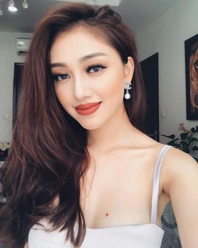 Tốt nghiệp THPT, Vân Anh ghi danh theo học ngành thiết kế thời trang. Được trau dồi vốn kiến thức đúng với sở thích và đam mê của mình, Vân Anh đã khiến nhiều người bất ngờ bởi tài năng, sự nhạy cảm của cô đối với thời trang.