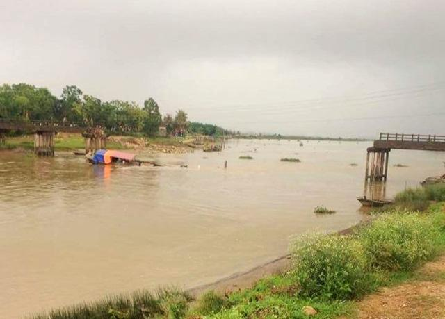 Cầu sông Hoàng bị tàu cát đâm sập. Ảnh: Văn Thanh