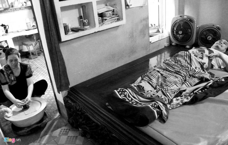 Còn bà Hạnh ngồi ở gian bếp kề bên để làm thêm nem bán, kiếm thêm thu nhập cho gia đình.