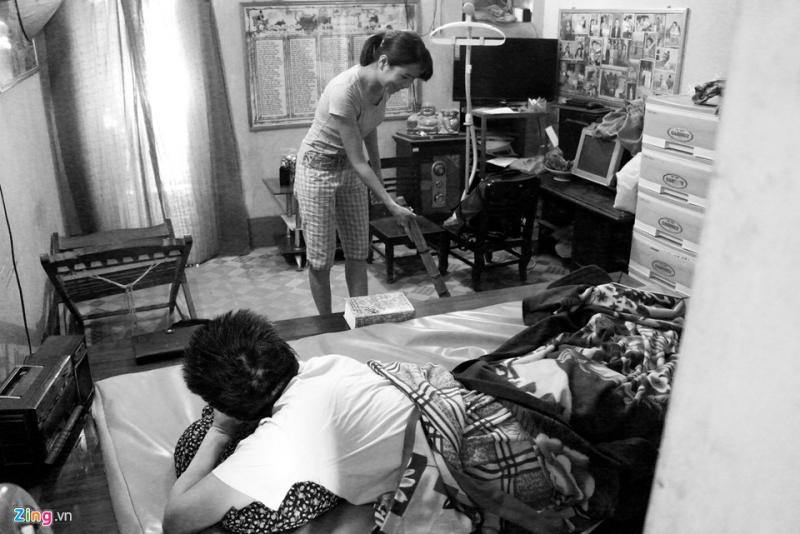 Buổi trưa hoặc chiều tối, gia đình trở nên ấm áp, nhiều tiếng cười hơn khi có người con gái út Ngọ Yến Chi ở nhà kế bên, sắp xếp công việc qua phụ giúp mẹ dọn dẹp nhà cửa, cơm nước...