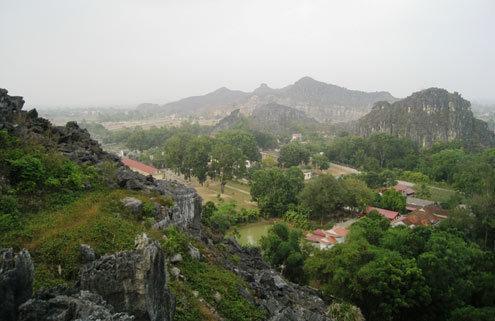 Từ đỉnh núi có thể nhìn bao quát thế sông núi. Dưới chân núi có ngôi chùa cổ tên gọi Du Anh, hay còn gọi là chùa Thông. (Nguồn: Lê Hoàng)