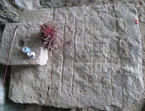 Bàn cờ đá được dùng để vua chúa và các thi nhân xưa vừa đánh cờ vừa ngắm cảnh, vịnh thơ. (Nguồn: Lê Hoàng)