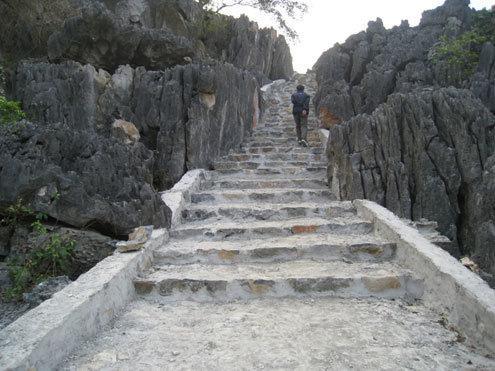Đường lên động Hồ Công. (Nguồn: Lê Hoàng)