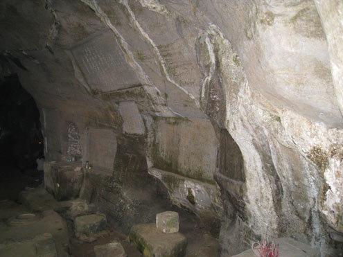 Nhiều vua chúa, quan lại và những danh nho xưa đã đến tham quan rồi cho đề thơ lên vách đá ca ngợi cảnh đẹp nơi đây. (Nguồn: Lê Hoàng)