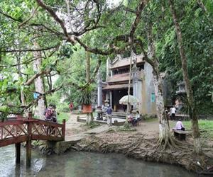 Đền rắn ở suối cá thần Cẩm Lương - Thanh Hóa. (Nguồn: vamvo.com)