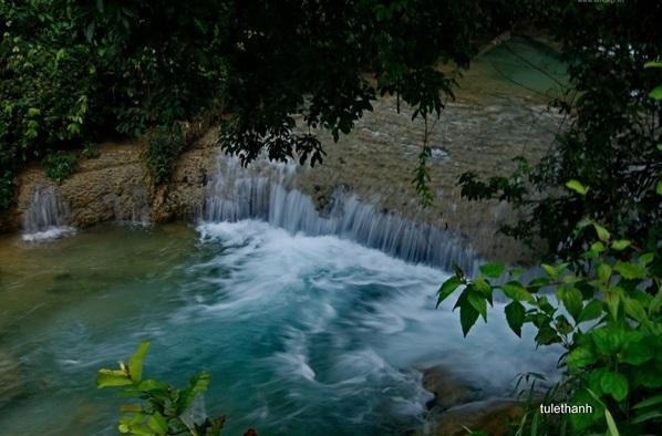 Dưới chân thác là một hồ bơi tự nhiên (Nguồn: Lê Thanh Từ/ Congluan.vn)