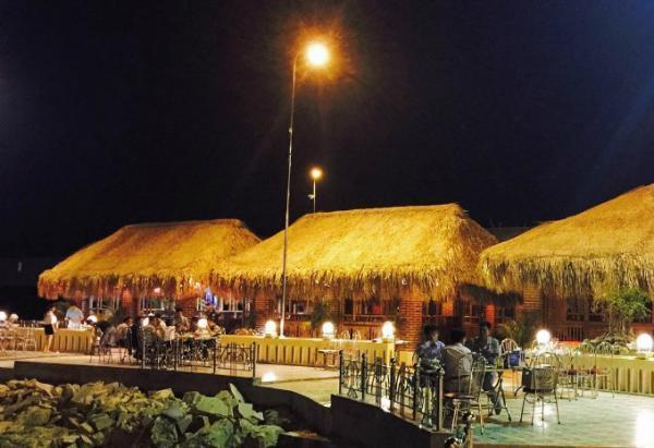 Đêm xuống, bạn có thể ngồi ở nhà hàng ven biển thưởng thức hải sản, ngắm cảnh biển đêm. (Nguồn: blue_muffler)