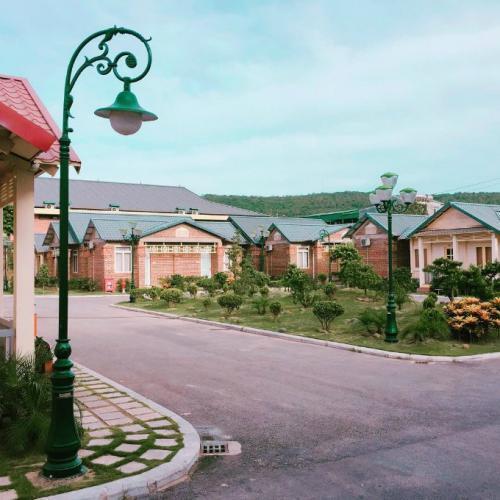 Tuy còn hoang sơ, nhưng Bãi Đông đã có nhiều khu nghỉ dưỡng sang trọng mà giá cả rất hợp lý. (Nguồn: ivivu.com)