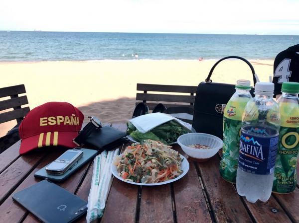 Đến Bãi Đông, bạn đừng quên thưởng thức những món ăn đặc sản nức tiếng nơi đây nhé! (Nguồn: We25)