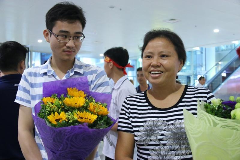 Chị Dương Thị Sâm cùng với anh trai của Huy ra đón em tại sân bay Nội Bài.  Ảnh: Thanh Hùng