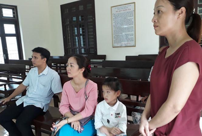 Phương Anh và người thân tại TAND tỉnh Thanh Hóa sáng 7/8/2017. Ảnh: Hoàng Lam