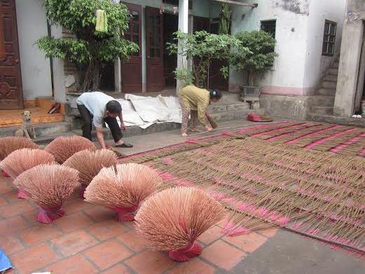 Công đoạn phơi hương ở làng Đông Khê (Nguồn: vanhien.vn)