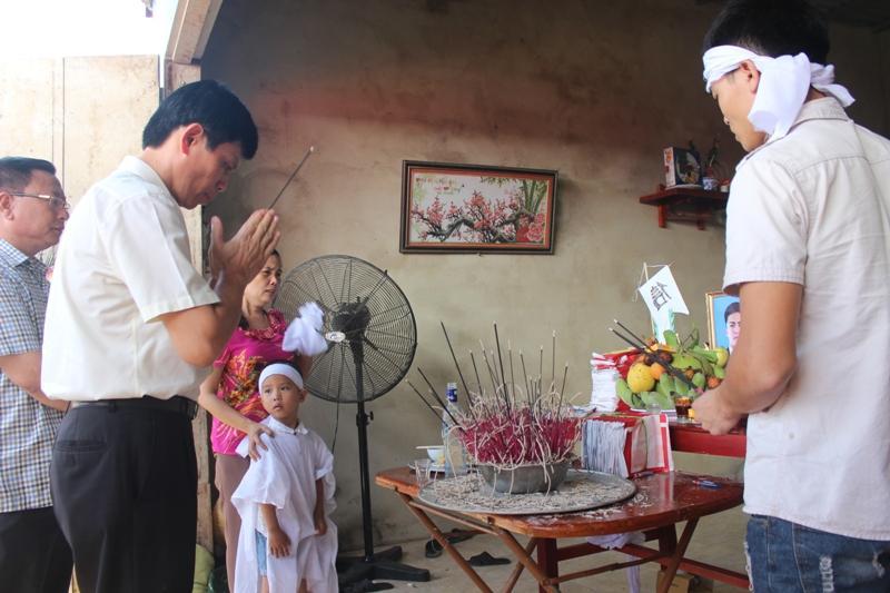 Phó chủ tịch UBND tỉnh Thanh hóa Lê Anh Tuấn cùng đoàn của Ban ATGT tỉnh thắp hương, thăm hỏi và động viên các gia đình gặp nạn