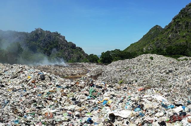 Bãi rác sát khu dân cư
