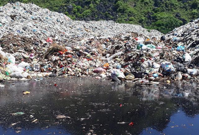 Bãi rác quá tải đang trong tình trạng cực kì ô nhiễm