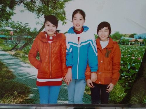 Nguyễn Thị Dung (ở giữa), ảnh chụp sau khi tốt nghiệp lớp 12