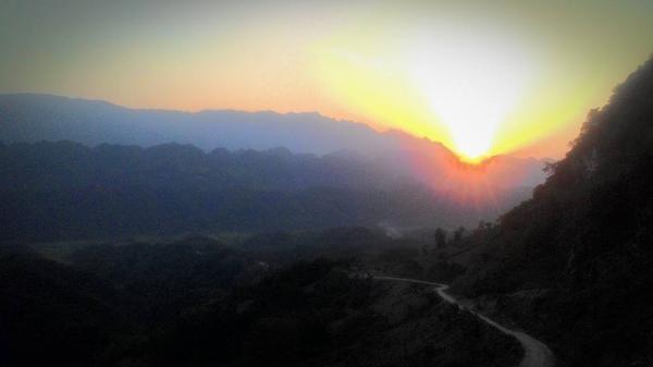 Cung đường lên Cao Sơn huyền ảo lúc ráng lam chiều. (Nguồn: Long Hà)