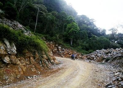 Con đường nơi mà bà con xuống trung tâm xã Lũng Cao. (Nguồn: dantri.com.vn)