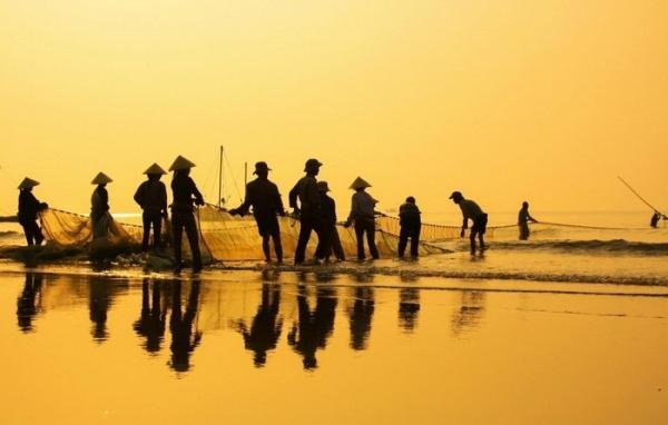 Người dân làng chài Sầm Sơn đánh cá. (Nguồn: Amateur Pic)