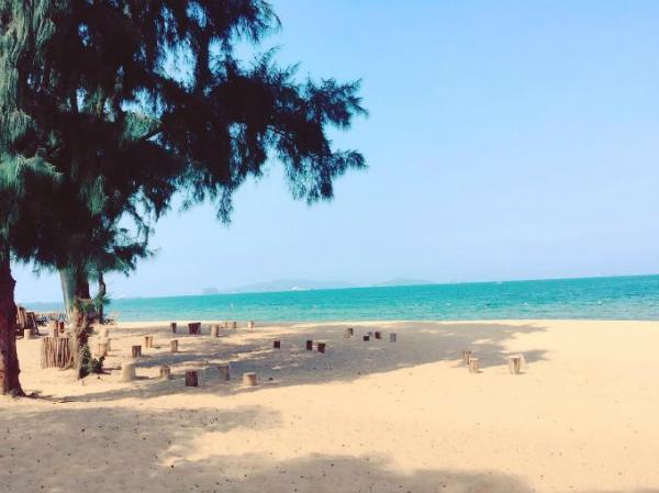 Bãi biển ở đây còn khá hoang sơ nên vẫn đẹp một cách tự nhiên. (Nguồn: lanvii)