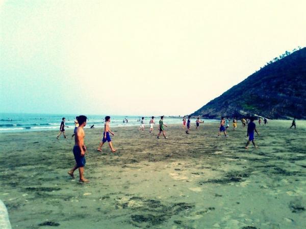 Mọi người thỏa thích vui đùa cùng biển xanh, cát mịn. (Nguồn: mytour.vn)