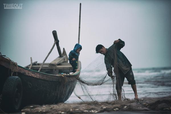 Những ngư dân ven biển đang chuẩn bị ra khơi. (Nguồn: Trần Tiến Thành)